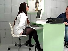 Doctor Harmony Reigns blows a horny patient