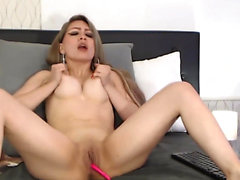Pretty Babe Rubs Her Cunt Till She Cums